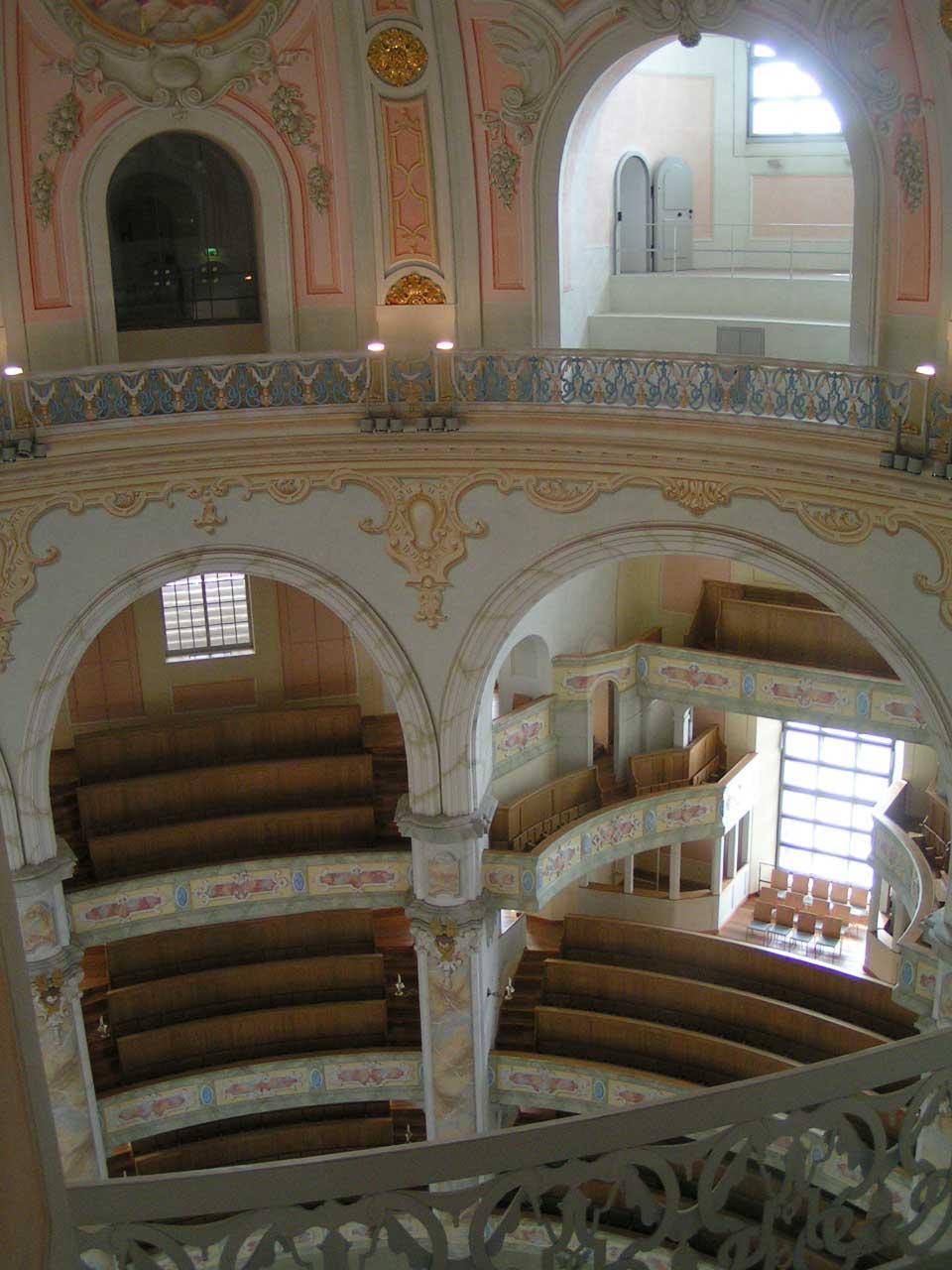Kirkerummet med dens mange loger