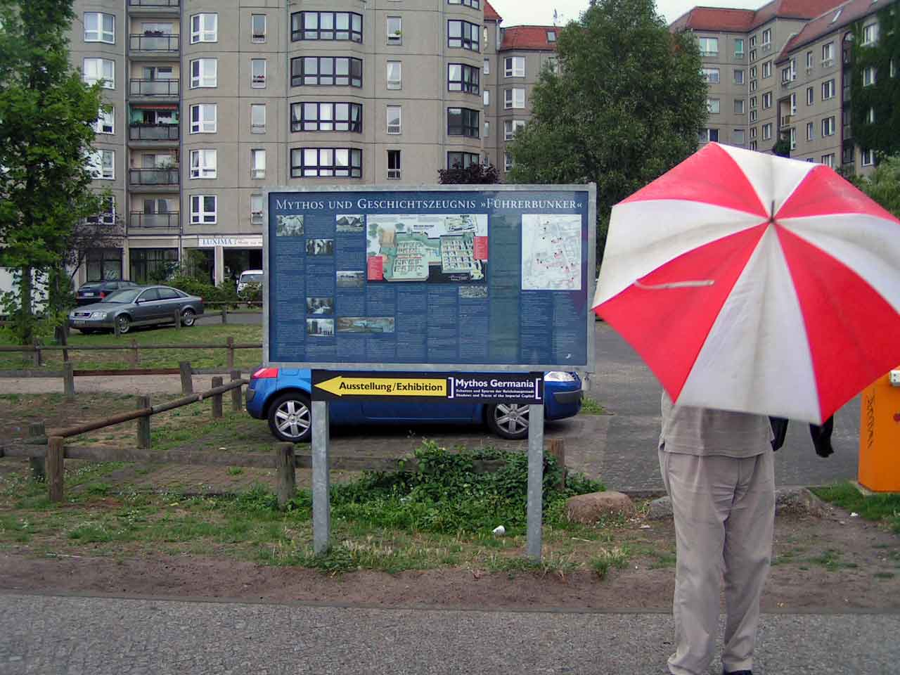 Mindesmærket ligger tæt på det område, hvor Hitlers førerbunker lå