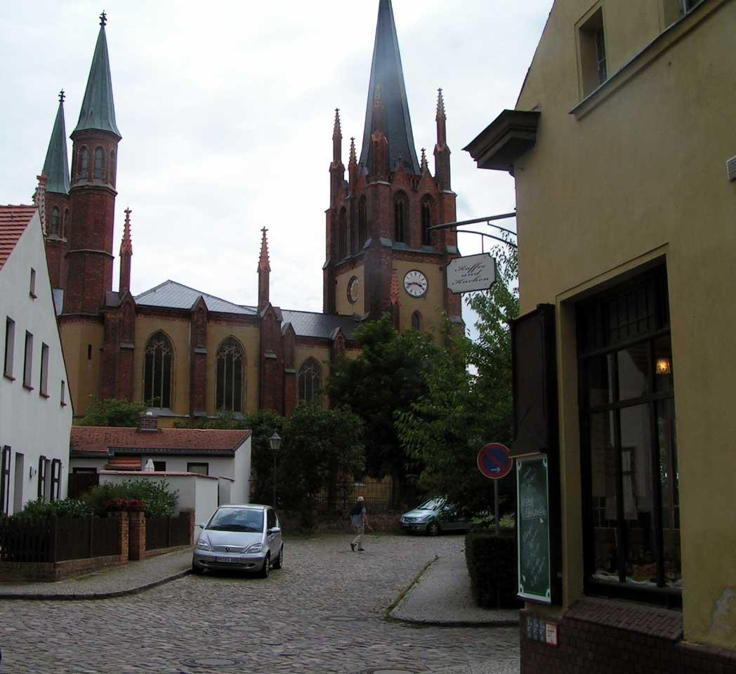 to kirker på den lille ø